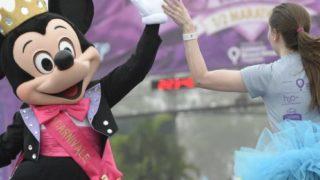 high five mickey rundisney princess half marathon weekend