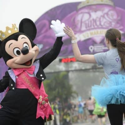 high five mickey rundisney princess half marathon weekend