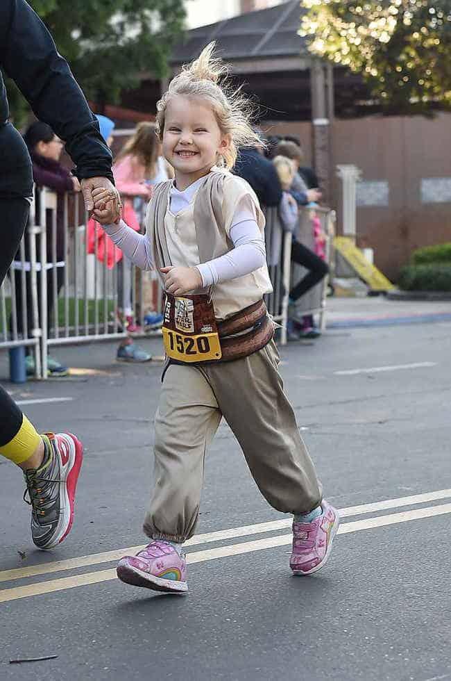 rundisney kids race girl running in costume