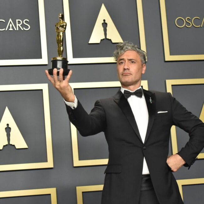 taika watiti holding an oscar will direct and co-write next star wars feature film